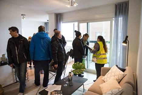 Kiinnostuneet tutustuivat YIT:n rakentamiin asuntoihin Tampereen Ranta-Tampellassa kevättalvella 2018.