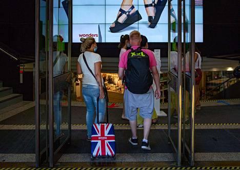 Brittiläinen pariskunta oli menossa ostoksille Barcelonassa maanantaina. Päivää aiemmin Lontoo tiedotti karanteenipakosta maahan Espanjasta palaaville.
