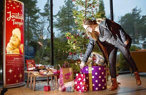 Joulupuu-hyväntekeväisyyskeräyksellä annetaan joululahjoja vähävaraisille perheille.