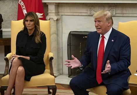 Donald Trump kertoo seuranneensa uutisointia sähkötupakan vaarallisuudesta huolestuneena yhdessä vaimonsa Melania Trumpin kanssa.
