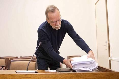 Kaj Kainulainen toi käräjäoikeuteen itseään koskevan yli 800-sivuisen esitutkintamateriaalin.