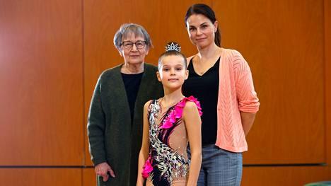 Sirkka Immonen ja Kati Luumi olivat Vuores-talolla kannustamassa rytmisen voimistelun luokkakilpailuihin osallistunutta Jade Luumia. Jaden mukaan vahva tyttö on itsevarma ja voimakas.