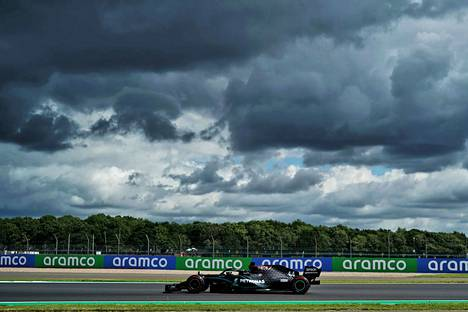 Lewis Hamilton Merceksellä voitti Silverstonen gp:n aika-ajot, aika-ajojen alusas taivas oli Englannissa melko synkkänä.