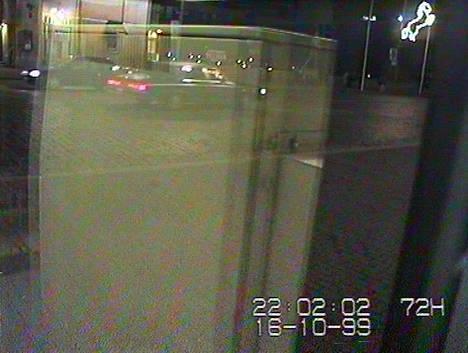 Poliisin etsimä auto ajoi Hämeenkatua itään Hämeensillalle noin kello 22.02. Autoharrastajat ovat tunnistaneet auton Buick Electraksi.