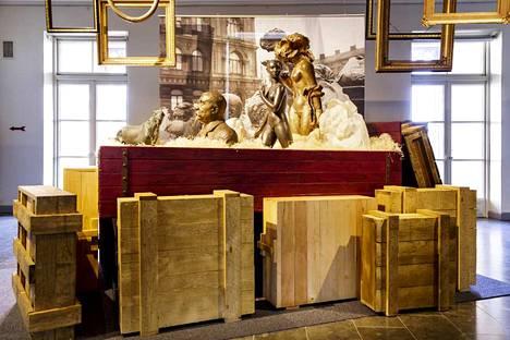 Mieliala – Helsinki 1939‒1945 -kokonaisuuteen kuuluu kirjan lisäksi kaksi Helsingin taidemuseon ja Helsingin kaupunginmuseon näyttelyä. Hakasalmen huvilassa teemana on Helsingin evakuointien vaikutus mielialoihin.