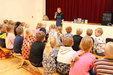 Kirjailija Veera Nurmi kertoi Ahlströmin alakoululaisille, kuinka hänestä tuli kirjailija.