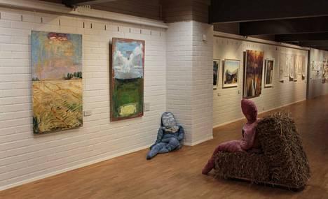Näkymä Emil Cedercreutzin museon Ruoveden maisema -näyttelystä. Etualalla Anna Makoveczin tilateos.