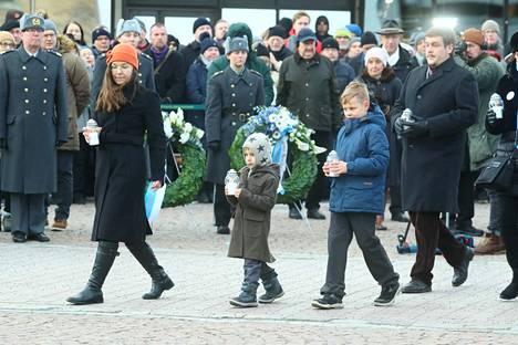Eri sukupolvet veivät yhteensä 105 kynttilää kansallisen talvisodan muistomerkin jalustalle.