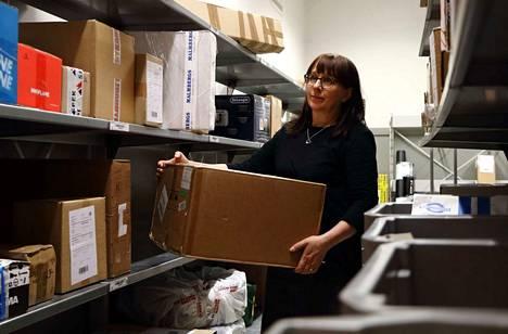Matkahuolto-asiamies Tuula Komulainen kertoo, että postilakko näkyy Jämsässä Matkahuollossa hyllyillä lisääntyneinä paketteina.
