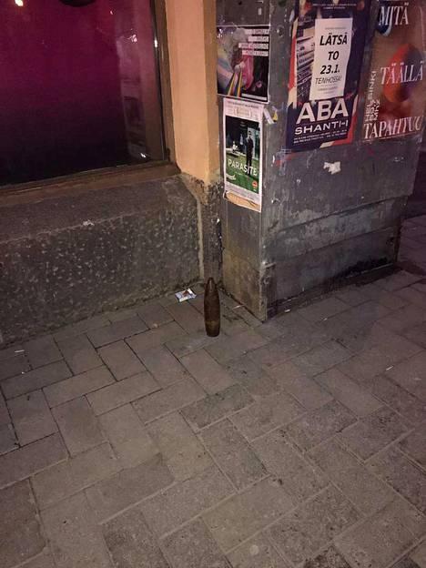 Sodanaikainen kranaatti seisoi jalkakäytävän reunassa torstaiaamuna. Poliisi selvittää nyt, miten räjähde on kadulle joutunut.