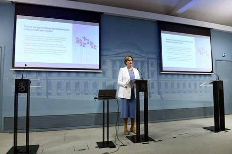 Työministeri Tuula Haatainen kertoi pohjoismaisesta työvoimapalvelumallista tiedotustilaisuudessa Helsingissä 7. lokakuuta.