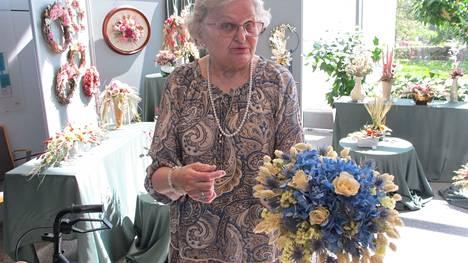 Raisiossa asuva Kyllikki Orvasto innostui aikoinaan kuivakukka-asetelmien tekemisestä, koska niistä riittää iloa pitkään.
