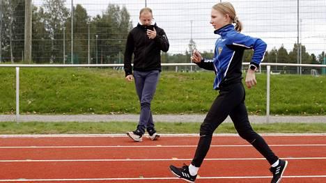 Aino Anttila harjoittelee määrätietoisesti kilpakävelyä. Elokuinen SM-kultamitali on tavoitteena uusia ensi vuonna T16-sarjassa. Haaveissa siintää myös N17-sarjan EM-kisarajan alitus.