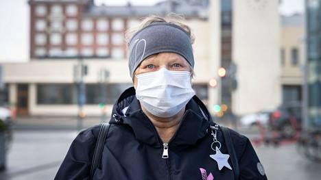 """Leena Vaarasalo, Pirkkala: """"Aion kätellä ja halatakin sitten, kun aika on kypsä. En vielä, mutta sitten, kun lähestytään 100:aa prosenttia rokotettujen määrässä. Nyt nyökkään vielä pienen välimatkan päästä. Sisaruksiani olen kyllä jo halannutkin."""""""