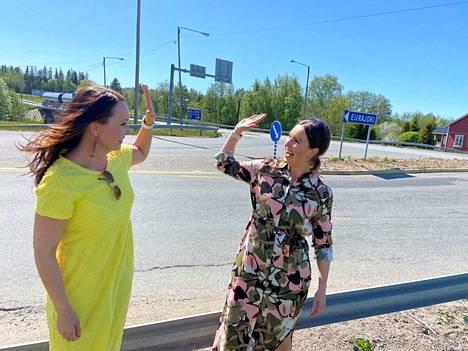 Kansanedustajat Eeva Kalli ja Krisiina Salonen tuulettivat Eurajoen risteyksen saamaa rahoitusta.