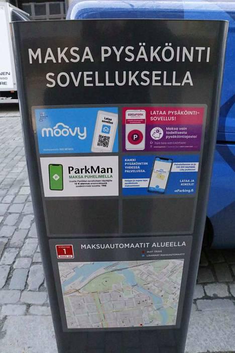 Uusilla infotolpilla neuvotaan mobiilimaksamiseen sekä reitti lähimmälle maksuautomaatille. Tolpalla ei voi maksaa.
