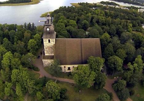 Naantalin vanhan luostarikirkon sijainti aiheuttaa haasteita invaparkkien toteuttamiseen. (Arkistokuva)