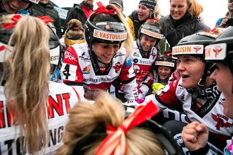 Manse PP:n naiset juhlivat syyskuussa finaalipeleihin pääsyä, kun Pesäkarhut kaatui  Kaupissa.