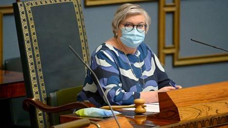 Eduskunnan puheenjohtaja Anu Vehviläinen johti keskustelua EU:n elpymispaketista helatorstaina 13. toukokuuta 2021. Pikkutunneille venynyt täysistunto keskeytettiin jälleen, koska perussuomalaiset halusivat perustuslakivaliokunnan arvion puheenjohtajan menettelystä.