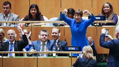 Viron presidentti Kersti Kaljulaid (oik.) tuuletti ensimmäisenä maan pääsyä YK:n turvallisuusneuvostoon organisaation yleiskokouksessa Yhdysvalloissa.