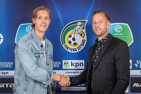 Patrik Raitanen kätteli uuden seuransa johtoa loppuviikolla Hollannissa. Kuvassa oikealla Fortunan tekninen johtaja Sjoerd Ars.