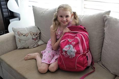 Taivalkunnan koulussa koulutaipaleensa aloittava Sofia Poutanen odottaa koulun alkamista innoissaan.