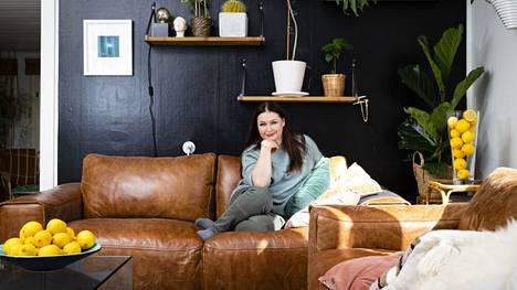 Ohjaaja Marika Vapaavuori tekee mielellään löytöjä kotinsa sisustukseen. Sitruunoilla olohuoneen pöydällä on aivan oma tarkoituksensa.