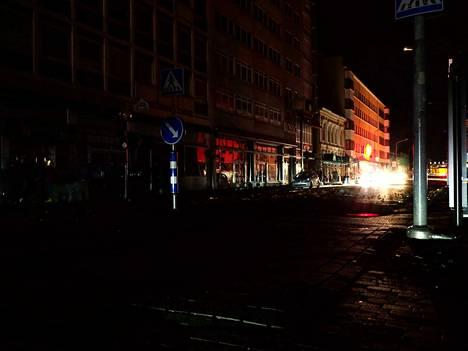 Antinkadulla loistivat vain auton valot.
