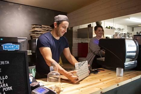 Toni Pedrozo leipoo pizzaa Torgetin perinteisellä hapanjuurireseptillä. Tyttöystävä Heidi Hukkanen työskentelee ravintolan salin puolella.