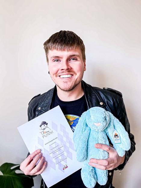 Eino Nurmisto tunnetaan myös suositusta Tämän kylän homopoika -blogistaan. Palkintopuheen hän piti Lastenkirjainsituutin Youtube-kanavalla.