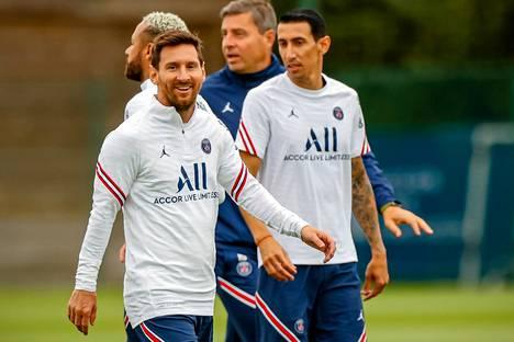Lionel Messin ja Angel Di Marian paidoissa näkyy Air Jordanin logo oikean rinnan kohdalla.