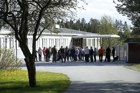 Suunnitelmat Ahlaisten koulun toiminnan supistamisesta ovat saaneet ahlaislaiset puolustusasemiin.