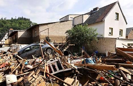 Tulvan tuhoja Dernaun kunnassa Ahrweilerin alueella Saksassa lauantaina.