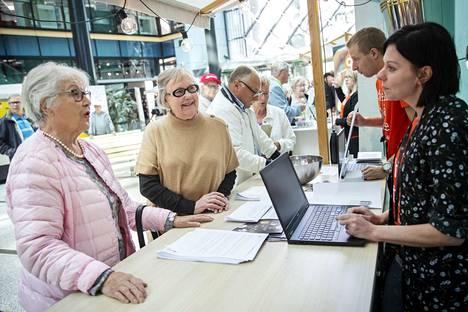 Marjaleena Tiiro ja Pirkko Poutanen saivat Länsi-Suomen Osuuspankin digiviikolla BEPOPissa vastaukset mieltään askarruttaneisiin kysymyksiin. Johanna Koskinen neuvoi.