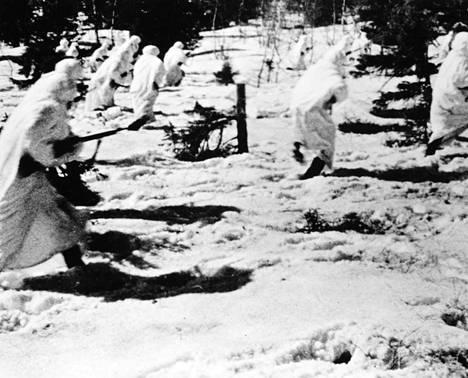 Neuvostojoukkojen hyökkäys suomalaisia kohti.