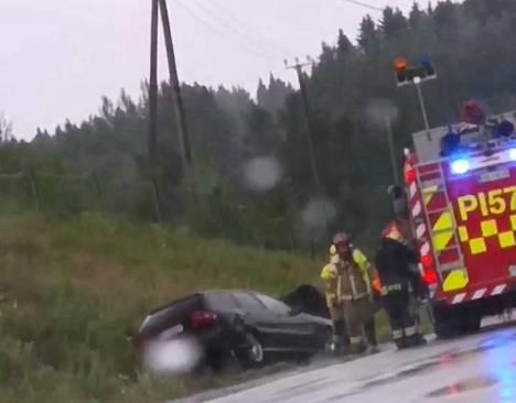 Auto ajoi ulos Ylöjärvellä Siltatien ja Kantatie 65:n risteyksessä.