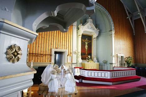 Siikaislainen Helka Heikkilä on lahjoittanut kirkkoon itse tekemänsä enkelikuoron.