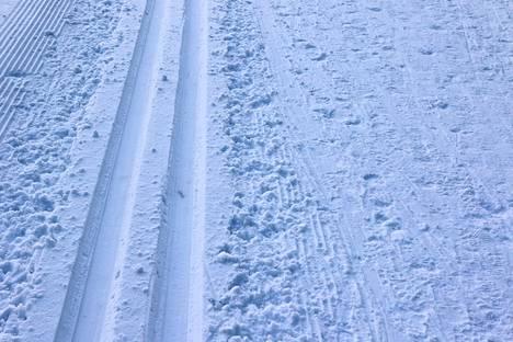 Tänään tekstareissa pohditaan muun muassa talvisia asioita kuten luistelukenttien jäädyttämistä, jääkiekkoilun ja politiikan yhteyttä, talviuintia, podetaan latukaipuuta sekä kiitetään huomaavaista aurakuskia.