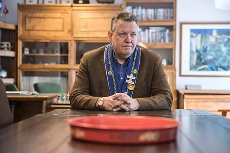 Tampereen Paistinkääntäjien vouti Mikko Reinikka siirrettiin sivuun tehtävästään joulukuussa. Nyt Suomen Paistinkääntäjien puheenjohtajisto esittää raskaita syytöksiä häntä kohtaan. Reinikka kiistää väitteet ja aikoo puhdistaa maineensa vuosikokouksessa torstaina.