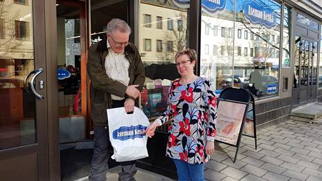 Työmatkalla ollut Ville Varjo Laitilasta poikkesi ostamaan työkengät Aseman Kengästä. Hän kertoi olevansa myymälän vakiasiakas. Yrittäjä Marianne Haapamäki on kesän suhteen toiveikas.