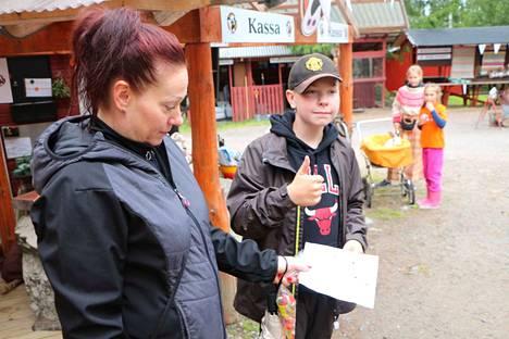 Emma Rosenlöv ja Sofia Ryynänen hoivasivat Liinus-pupua, joka pupelsi mielellään näkkileipää. Robin Ryynänen peukutti päivän antia ja näytti äidilleen keräämäänsä leimakimaraa, kun oli ollut monessa mukana.