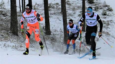 Markus Vuorela oli lauantaina paras Jänteen hiihtäjä. Sekä vasemmalla hiihtänyt Vuorela että oikealla mäkeä nouseva Verneri Suhonen selvisivät alkuerävaiheesta eteenpäin. Vuorelan tie päättyi välierissä, Suhonen venyi lopulta kisapäivän kakkoseksi.