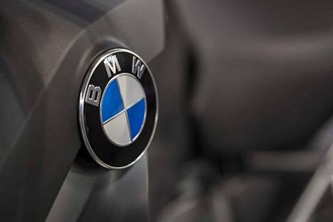 Rikosepäilyyn liittyy useita petoksella haltuun saatuja autoja. Erityisen suosittu merkki näyttäisi olleen BMW.