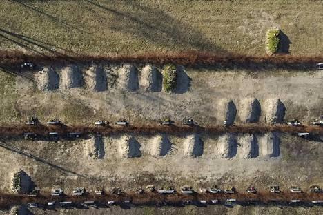 Kiuruveden keskustassa sijaitsevalla hautausmaalla kohoaa monta hautakumpua. Hiljattain haudattujen joukossa on hoivakodissa covid-19-tautiin menehtyneitä vanhuksia.
