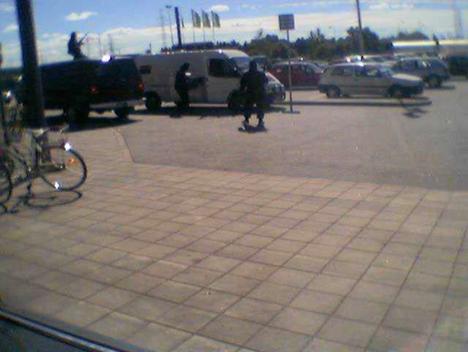Silminnäkijäkuvaa Turusta vuodelta 2002, kun naamioituneet ja raskaasti aseistautuneet ryöstäjät yrittivät tyhjentää arvokuljetusauton automarketin pihalla.