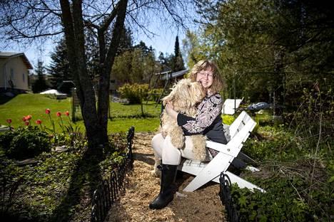 Mari Linnainsaari rakastaa puutarhansa rauhaa ja sen hoitavaa vaikutusta. Iloista mieltä tuo myös kaksivuotias australiancobberdog Ossi.