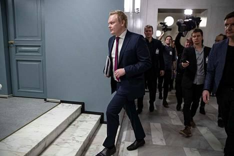 Keskustan eduskuntaryhmän puheenjohtaja Antti Kurvinen pitää tärkeimpänä hallituksen nopeaa jatkoa ja luottamuksen palauttamista. Silloin ei ole väliä, kuka johtaa hallitustunnusteluvaihetta.