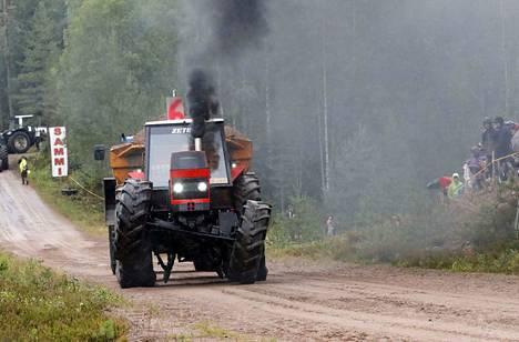 Juontajien mukaan yleisö haki traktorien mäkivetokisoista meteliä, pauketta ja savua. Kaikkia kolmea tarjoili kuortanelainen Joni Hakala Zetor 8045 -traktorilla.