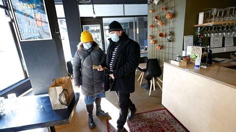 Ravintoloiden täyssulku maalis-huhtikuun aikana kuluvana vuonna on iskenyt alalle jälleen lujaa. Nyt helpotusta on näkyvissä. Porin Yrjönkadulla sijaitsevasta Pikku x -ravintolasta hakivat 8. maaliskuuta noutoruokaa Ulvilan Harjunpäässä asuvat Annaleena ja Aki Kuusiniemi.