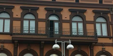Aleksis Kiven kadun puolella parvekkeet näyttävät tältä.